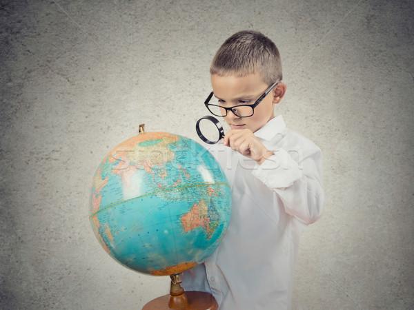 ストックフォト: 少年 · 見える · 拡大鏡 · 世界中 · 地図