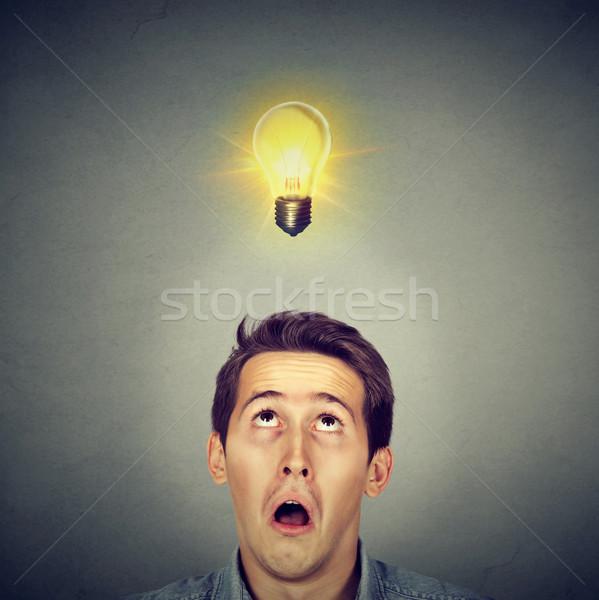 Férfi meglepett arc villanykörte fej fiatalember Stock fotó © ichiosea