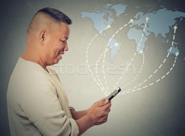 Homme d'affaires smartphone internet partout dans le monde modernes Photo stock © ichiosea