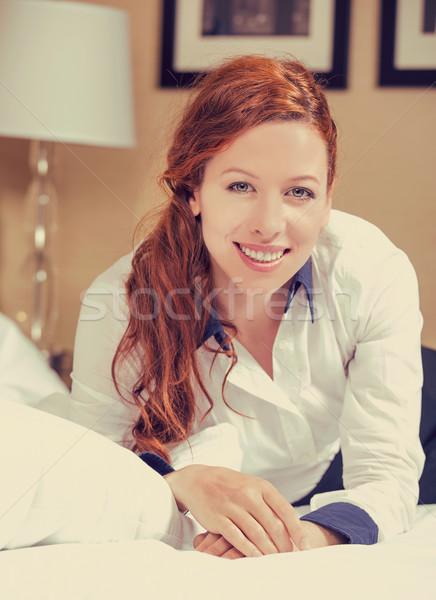 Aantrekkelijk jonge glimlachende vrouw bed naar camera Stockfoto © ichiosea