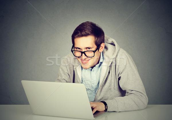 Jonge sluw man met behulp van laptop server saboteren Stockfoto © ichiosea