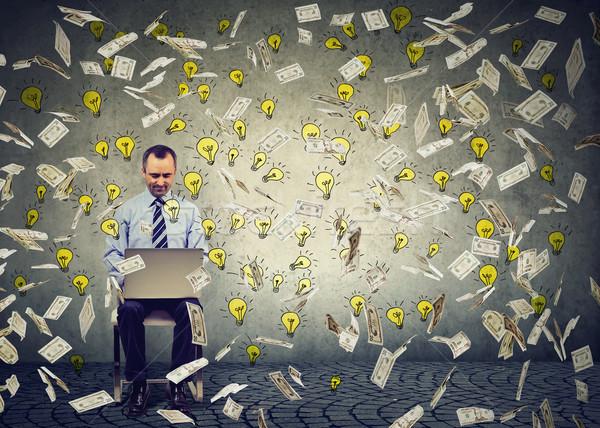 Homem maduro usando laptop edifício on-line negócio Foto stock © ichiosea