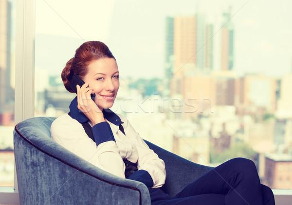 Zakenvrouw praten mobiele telefoon fauteuil kantoor venster Stockfoto © ichiosea