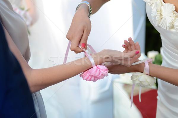 Koszorúslány segítség virág vendég kéz esküvői ceremónia Stock fotó © ifeelstock