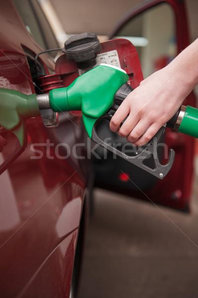 Vrouw auto hand omhoog gas tank Stockfoto © ifeelstock