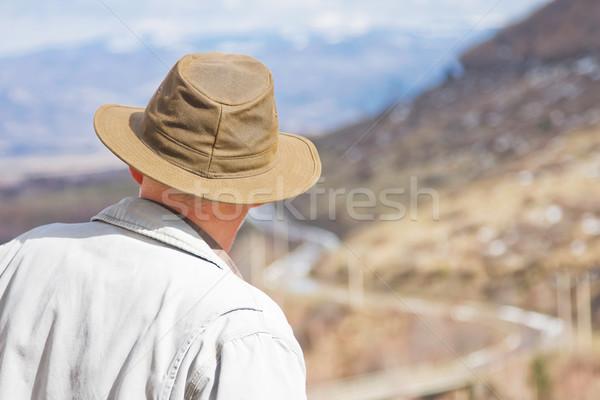 Középkorú férfi élvezi tavasz nap hegy portré Stock fotó © igabriela