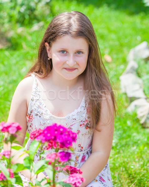 Ritratto 10 anni ragazza giardino fiorito home Foto d'archivio © igabriela