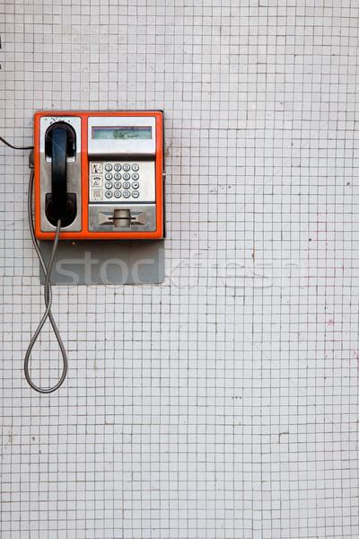 Publicznych telefon pomarańczowy biały taflowy ściany Zdjęcia stock © igabriela