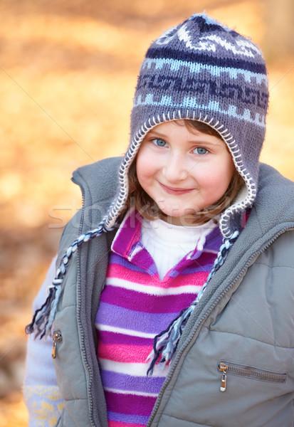 Kislány kint gyönyörű 7 éves élvezi ősz Stock fotó © igabriela