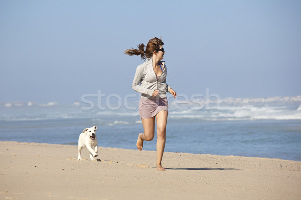 Fille cute chien jeune femme courir jouer Photo stock © iko