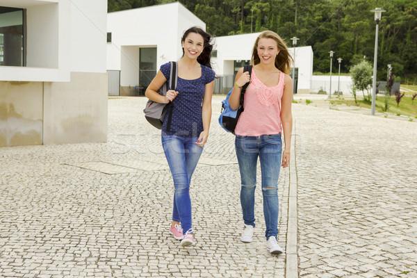 Stok fotoğraf: Öğrenciler · iki · güzel · yürüyüş · birlikte
