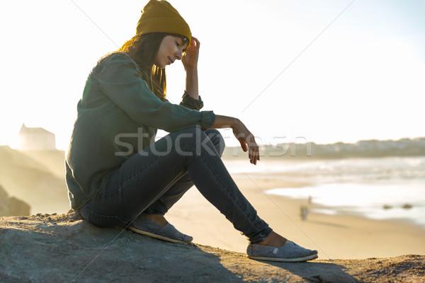 ül szirt gyönyörű nő tengerpart nő természet Stock fotó © iko