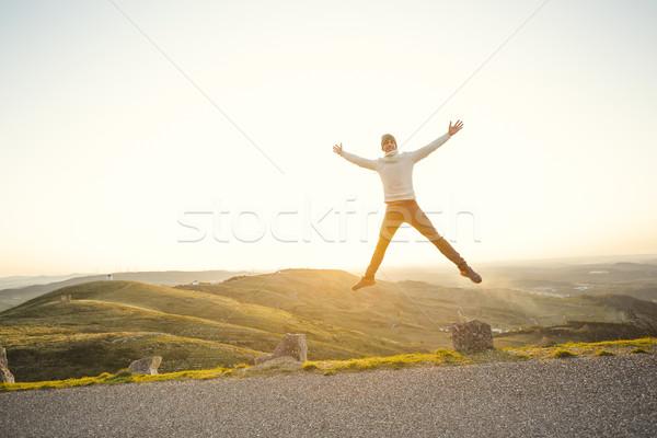 Homme sautant extérieur courir heureux sport Photo stock © iko