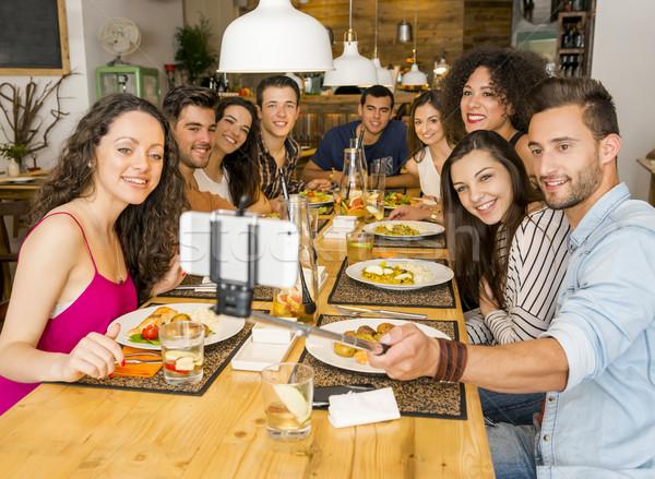 Barátok étterem készít több nemzetiségű csoport boldog Stock fotó © iko