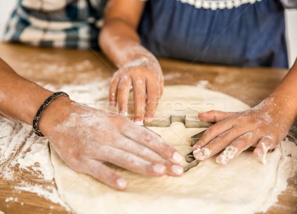 Stok fotoğraf: öğrenme · fırında · pişirmek · atış · eller · aile