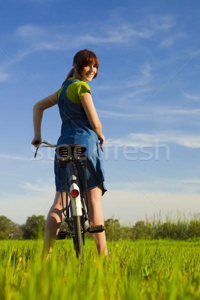 Bahar mutlu kız bisiklet bakıyor geri Stok fotoğraf © iko