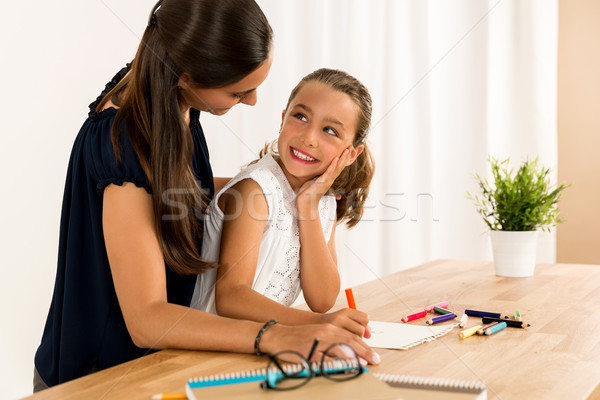 Stock foto: Helfen · Hausaufgaben · jungen · Mutter · Tochter · home