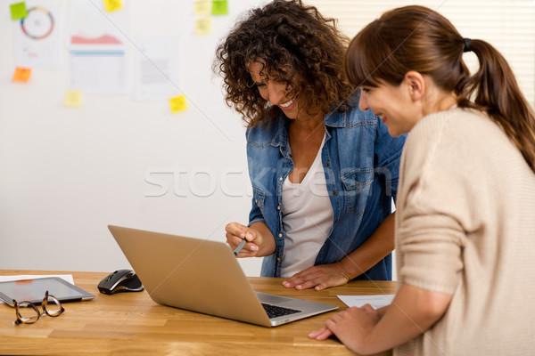 Dois empresária tiro escritório mulheres Foto stock © iko