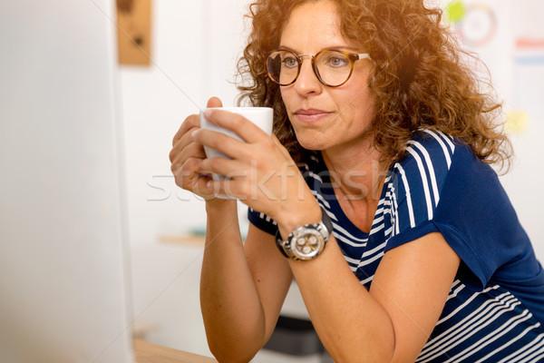 Kávészünet munka portré középkorú nő iroda iszik Stock fotó © iko
