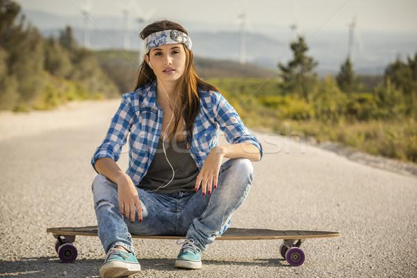 Görkorcsolyázó lány gyönyörű fiatal nő ül gördeszka Stock fotó © iko