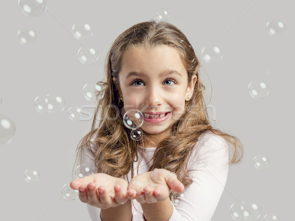Meisje spelen zeepbellen cute meisje glimlach Stockfoto © iko