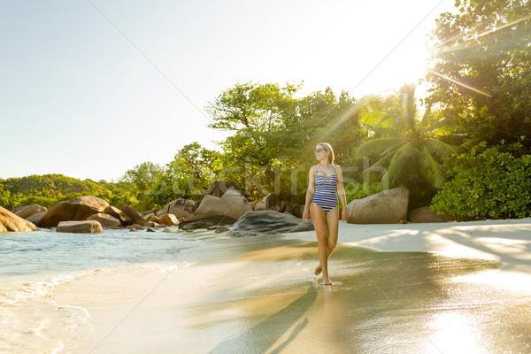 Stock fotó: Gyönyörű · nő · sétál · tengerpart · élvezi · gyönyörű · divat