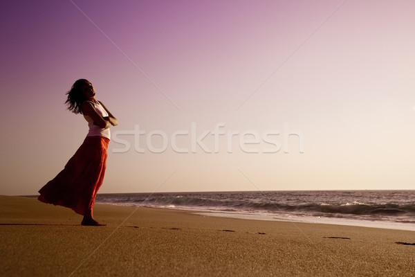 Megnyugtató szabadtér portré gyönyörű nő tengerpart égbolt Stock fotó © iko