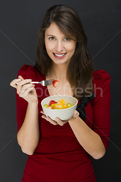 Femme manger salade de fruits belle jeune femme noir Photo stock © iko
