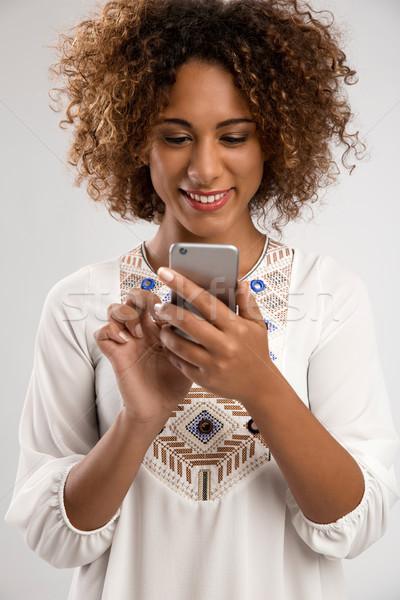 Küldés sms gyönyörű afroamerikai nő sms chat Stock fotó © iko