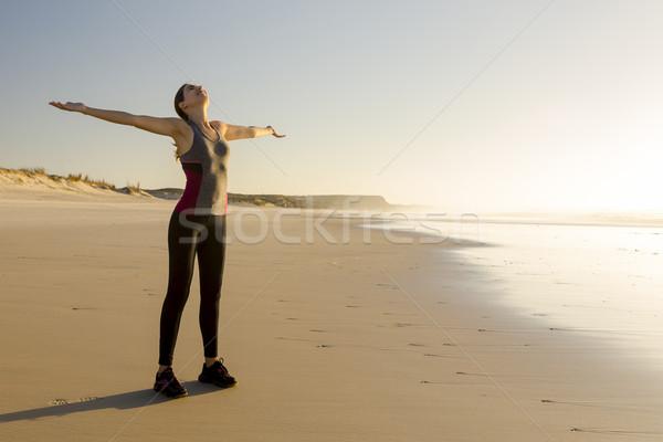 Rahatlatıcı benim egzersiz güzel bir kadın açmak silah Stok fotoğraf © iko