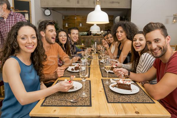 Barátok étterem több nemzetiségű csoport boldog kóstolás Stock fotó © iko