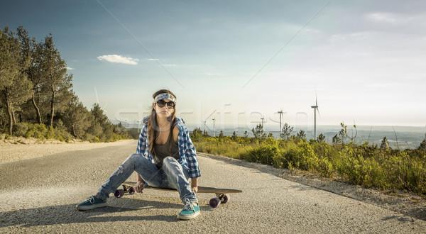 Patineur fille belle jeune femme séance skateboard Photo stock © iko