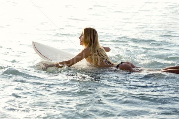Szörfös lány gyönyörű lány tengerpart nő nők Stock fotó © iko