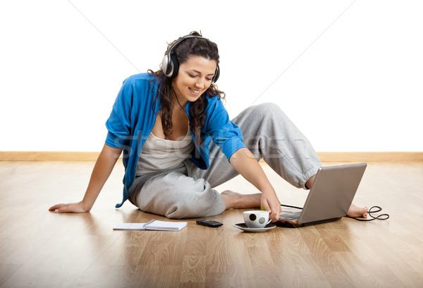 Stock fotó: Dolgozik · otthon · lány · ül · padló · laptop
