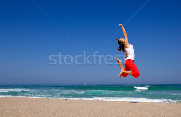 Stock fotó: Fiatal · nő · ugrik · gyönyörű · tengerpart · égbolt · tavasz