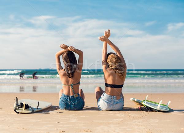 Due surfer ragazze spiaggia bella braccia Foto d'archivio © iko