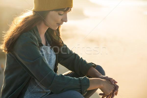 ül szirt gyönyörű nő tengerpart nő lány Stock fotó © iko