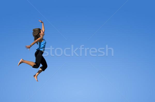Skoki młoda kobieta kobieta niebo sportu tle Zdjęcia stock © iko