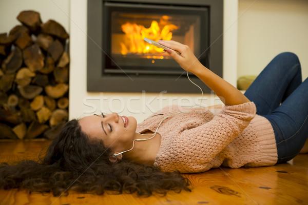 Słuchanie muzyki piękna kobieta słuchać muzyki domu ciepło Zdjęcia stock © iko