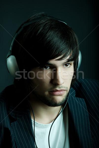 Hören junger Mann Musik hören Kopfhörer Gesicht Mode Stock foto © iko