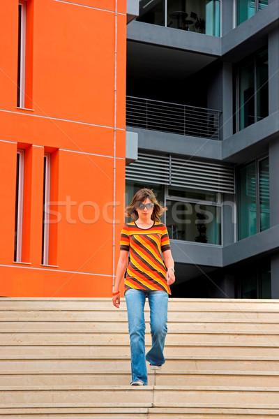 Stock fotó: Kozmopolita · lány · fiatal · nő · sétál · lépcsősor · modern · épület