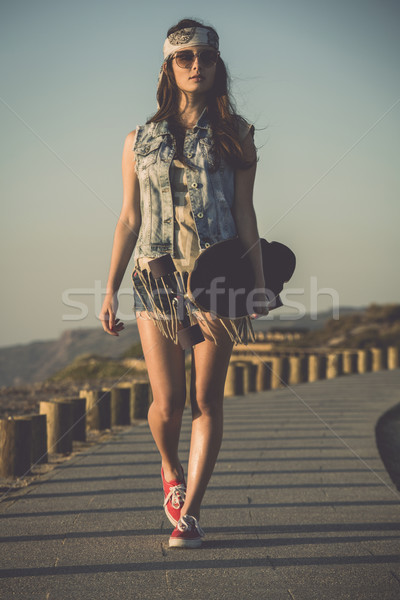Görkorcsolyázó lány gyönyörű korcsolya sétál tart Stock fotó © iko