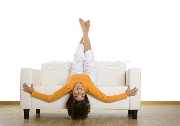 Ontspannen home mooie vrouw lachend bank gelukkig Stockfoto © iko