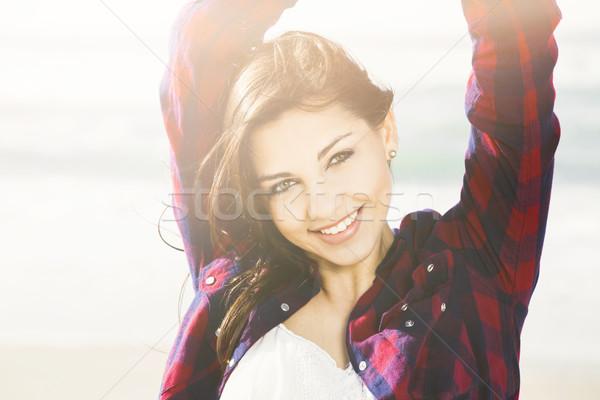 Glimlach alledaags gelukkig meisje genieten dag strand Stockfoto © iko