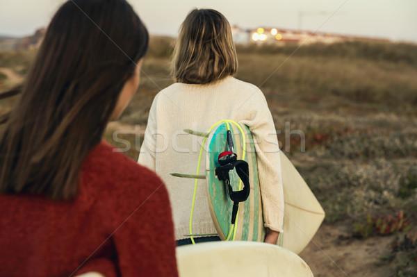 Foto stock: Surfista · ninas · dos · femenino · surfistas · caminando