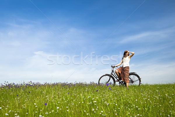 Zdjęcia stock: Dziewczyna · rower · szczęśliwy · młoda · kobieta · vintage · zielone