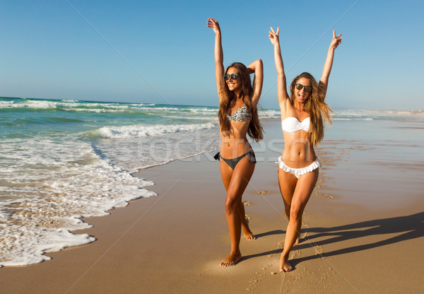 Amour plage belle filles marche Photo stock © iko