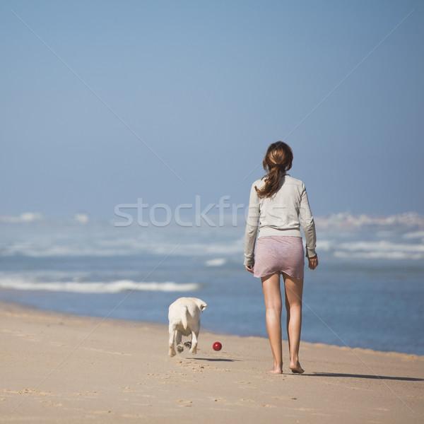 Foto stock: Caminhada · cão · mulher · jovem · praia · menina · feliz