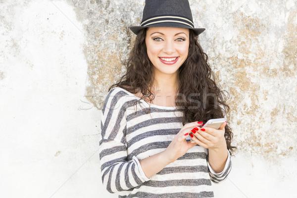 Küldés szöveges üzenet gyönyörű fiatal nő nő telefon Stock fotó © iko