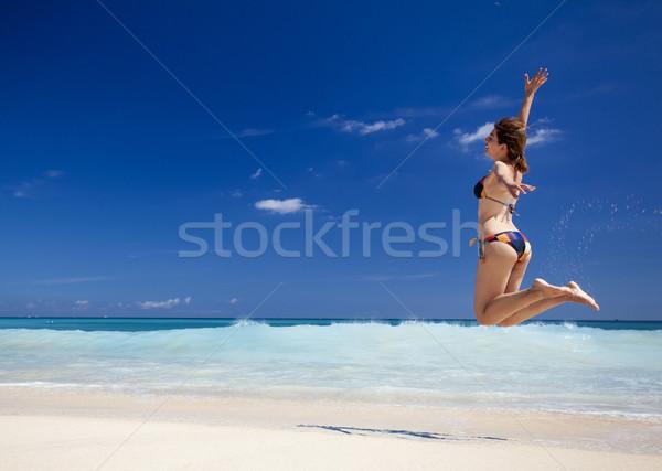Mulher saltando praia belo mulher jovem Foto stock © iko